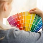 Mulher segurando paleta de cores de tinta