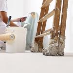 mulher agachada para preparar parede para pintura